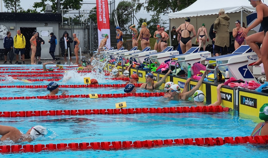 Girlpower på SM i Halmstad - torsdagens eftermiddagspass består av lite drygt 200 simmerskor och inget annat.