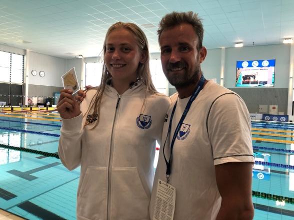 Hanna Bergman har simmat hem tre JSM-guld så här långt. Här tillsammans med nöjd tränaren Misja Klevstig
