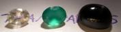 Transparens är ett mått på hur mycket ljus ett material släpper igenom. Ortoklasen till vänster är transparent, den släpper alltså igenom ljus. Agaten i mitten är translusent, den släpper igenom ljus men vi kan inte se igenom stenen. Stjärndiopsiden är opak, den släpper inte igenom något ljus alls utan ljuset reflekteras från ytan.