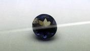Iolit är ett material som visar tydlig pleokroism, alltså att man ser olika färg beroende på från vilket håll man ser stenen. Denna egenskap används vid identifiering och med hjälp av ett dikroskop avläser man pleokroism i ädelstenar.