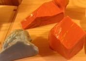Slaggsten från Övertorneå. Att slaggen får denna orange-gula färg är extremt ovanligt  och man tror att denna typ av slagg är äldre än den betydligt vanligare blåaktiga vilken härrör från 16 - 1700 talen. Enda gången jag sett denna slagg är på Puostijärvi stensliperi i Hedenäset där bilden är tagen.