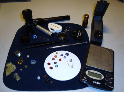 Diverse enkel och portabel gemmologisk utrustning.