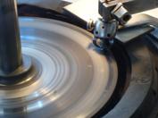 Slipskivan för diamantslipning består av gjutjärn som beläggs med diamantpulver blandat med t ex vaselin. Idag används även skivor med diamanter ingjutna i skivan.