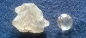 Rå och fasettslipad petalit.