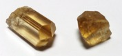 Skapolit tillhör det tetragonala kristallsystemet och bildar ofta välutvecklade kristaller.