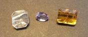 Skapolit förekommer i flera olika färger. Lila och gula varianter är de populäraste.