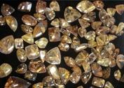 Bergkristall innehåller ibland inneslutningar som kan vara attraktiva och höja värdet. På bilden ses bergkristall med nålliknande inneslutningar av mineralet rutil, i detta fall guldfärgade vilket gör stenarna attraktiva och eftertraktade.