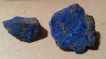 Lapis? Sodalit? Azurit? Belaggd kvarts, zoisit eller topas? Nej på bilden är två stenar från Trosa hamn det spillts båtfärg på av misstag. I ädelstensbranschen får man aldrig glömma bort de enklaste b