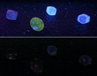 Diamanter som på övre bilden utsätts för långvågigt UV-ljus och på nedre för kortvågigt. Som synes reagerar de flesta naturliga diamanter betydligt mer under långvågigt UV-ljus