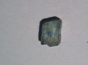 Det är oftast blå kyanit som används i ädelstensammanhang men det förekommer även grön kyanit, eller som bilden visar, grön kyanit med blå kärna vilket kan vara intressant ur designsynpunkt.