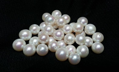 Pärlor är ett av de mest fascinerande material som finns och har följt männikorna i tusentals år. Jag berättar gärna om användning och utveckling av pärlor och pärlproduktion genom historien.