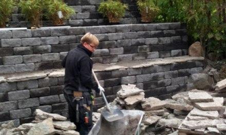 Carl-Gustaf Tubbin i full färd med stenläggning hos en kund.