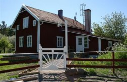 Hus i Kolmården, Östergötland, som Tubbin Bygg & Trädgård totalrenoverat ut- och invändigt under 2009. Kan hyras veckovis via Novasol. Klicka på bilden för att komma till bokningssidan.