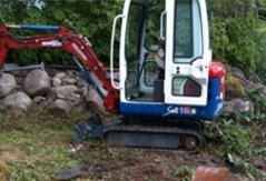Du kan även hyra grävmaskin av oss - med eller utan förare! Se priser i texten till vänster.