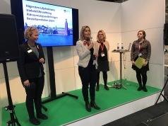 På scen på Kvalitetsmässan; Evelina Kambre och representanter från Stockholm Stad