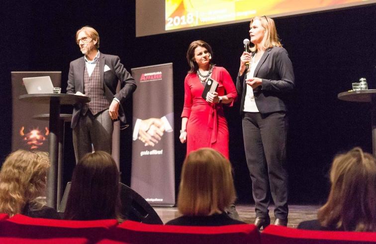 Anneli Egestam uppmuntrar konferensdeltagarna på Offentlig Chef att ställa tuffa frågor till utställarna och nätverka i pausen.