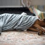 Esther oftast med filt när det vilas