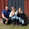 "Familjen Frida Ståhl med ""Grim"" Mr Ljusblå"