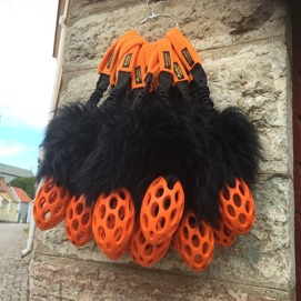 STISSE  Orange nätruggby med svart långhårigt fårskinn / lång bungee. Längd 40 cm