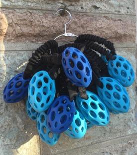 TÄVLING ... Ruggbyboll 11 cm (orginalet) med runt bungee handtag i två härliga blå nyanser