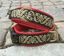 Rött skinn /  Stilfullt Renässans mönster i guld på svart botten. Totalbredd 4 cm