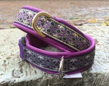 Lila skinn / Stilfullt Alviskt band i lila med guld detaljer.  Totalbredd 3 cm
