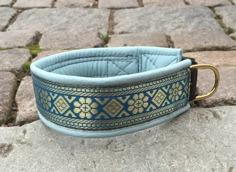 Ljusblått skinn / Organzia blått band med guld detajer på mörkare blå botten. Totalbredd 5 cm