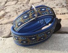 Blått skinn / Svirvel mönster med silverinslag. Totalbredd 3 cm