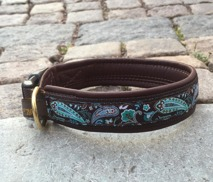 Brunt skinn / Turkost underbart paisley mönster. Totalbredd 3 cm