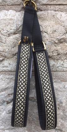 Svart skinn - Svart keltisk fläta på guldbotten. Halsbandets bredd 3 cm