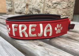 Rött skinn med silver text, svart baksida i skinn, bredd på bild 4-5 cm. Välj variant, storlek, bredd & symboler i meny:n