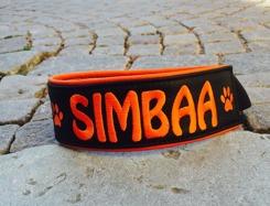 Svart skinn med orange text, Orange baksida. Bredd 4-5 cm. Välj variant, storlek & symboler i meny:n
