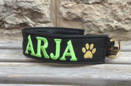 Arja-Svart skinn med limegrön text. bredd 4 cm. Välj variant, storlek & symboler i meny:n
