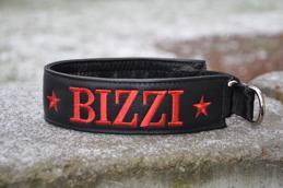 Bizzi-Svart skinn med Röd text,  Bredd 4 cm. Välj variant, storlek & symboler meny:n