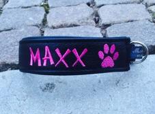 Maxx-Svart skinn med cerise text. Halsbandets bredd 4 cm. Välj variant, storlek & symboler i meny:n