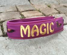 Magic- Lila skinn med guld text. Halsbandets bredd 5 cm. Välj variant, stolrek & symboler nedan.