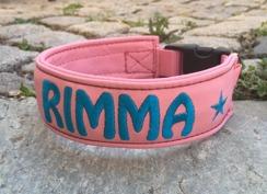 Rimma- Ljusrosa skinn med turkos text. Halsbandets bredd 4 cm. Välj variant storlek & symboler nedan.