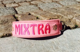 Mixtra- Ljusrosa skinn med Cerise text. Halsbandets bredd 4 cm. Välj variant, storlek & symbloer nedan i meny:n