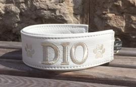 Dio- Vitt skinn med silver text. Halsbandets bredd 5 cm. Välj variant, storlek & symboler nedan