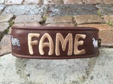 Fame- Brunt skinn med creme text. Halsbandets bredd 4 cm. Välj variant, storlek, bredd & Symboler i meny:n
