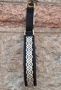 Svart skinn -Keltisk guld & silver fläta. välj även beslag mässing eller krom. Halsbandets totalbredd ca 4 cm.