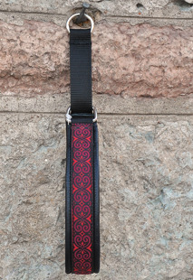 Svart skinn - Keltisk Kringa  i Rött med svart botten. Totalbredd 3 cm.