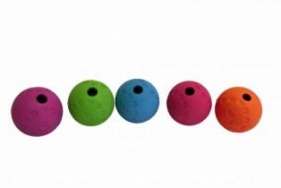 Aktiveringsboll i gummi med tassmönster och doft av vanilj. Passar utmärkt både som aktiveringsboll att stoppa godis i till hunden och som belöningsboll. 2 olika storlekar 7,5 cm och 9 cm.