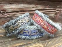 Detta halsband finns i tre olika färger på brodyrbanden. Välj den färg i  rull listen b19bc3ef62d15