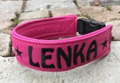 Lenka-Cerise skinn med vart text. Halsbandets bredd 4 cm. Välj variant, storlek & symboler i meny:n