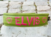 Elvis-Grönt skinn med Cerise text. Halsbandets bredd 4 cm. Välj variant, storlek, bredd & symboler i meny:n