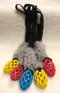 Lilla Rugbybollen med fårskinn och bungee med ofodrade handtag. Total längd 30 cm