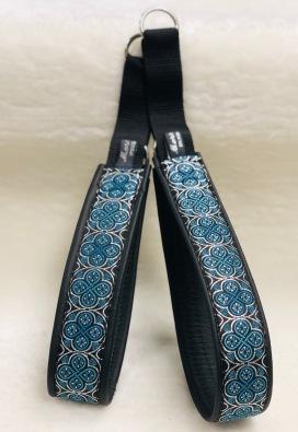 Ringblomma med fina blå nyanser,silver i botten. Bredd 4 cm