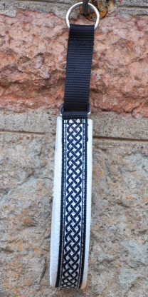 Keltisk fläta silver/svart på vitt skinn    Total bredd 3 cm