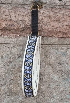Keltisk Kringla Vit/Guld. Bandets bredd 2,5 cm Totalbredd 3 cm